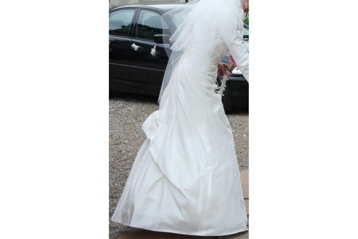 Prosta, elegancka i dostojna zarazem suknia ślubna