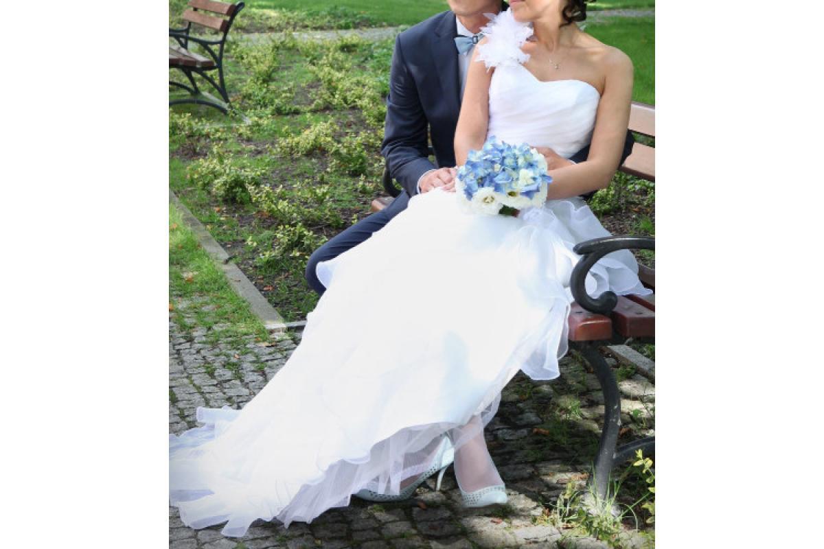 Piękna biała suknia od Madeline Gardne New York