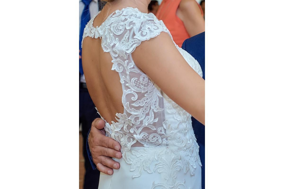 Suknia ślubna z koronkowym tyłem