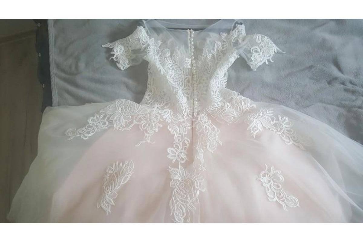 Pudrowo-biała suknia ślubna