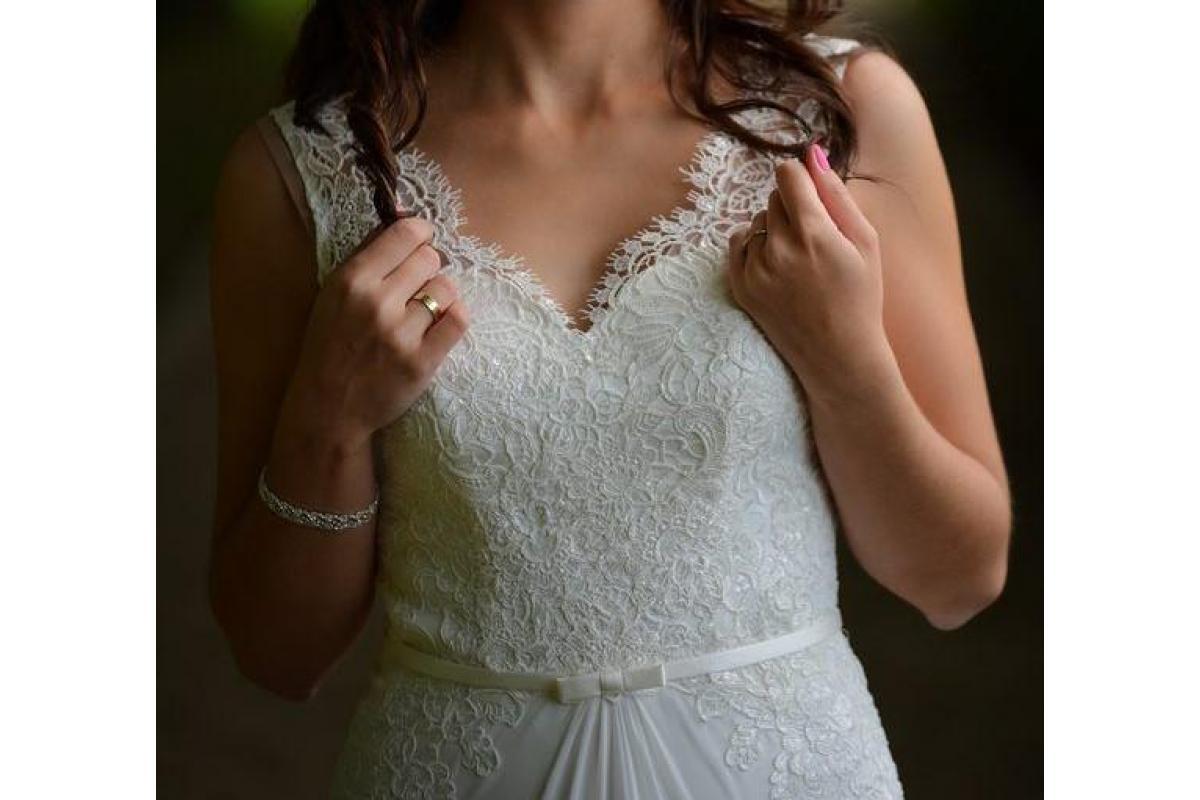 Suknia ślubna śmietankowa, muślin, koronka, tren. Rozmiar 38.
