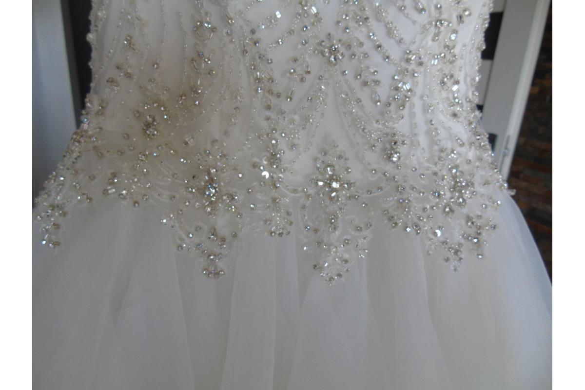 Suknia ślubna ozdobiona kryształkami swarowskiego