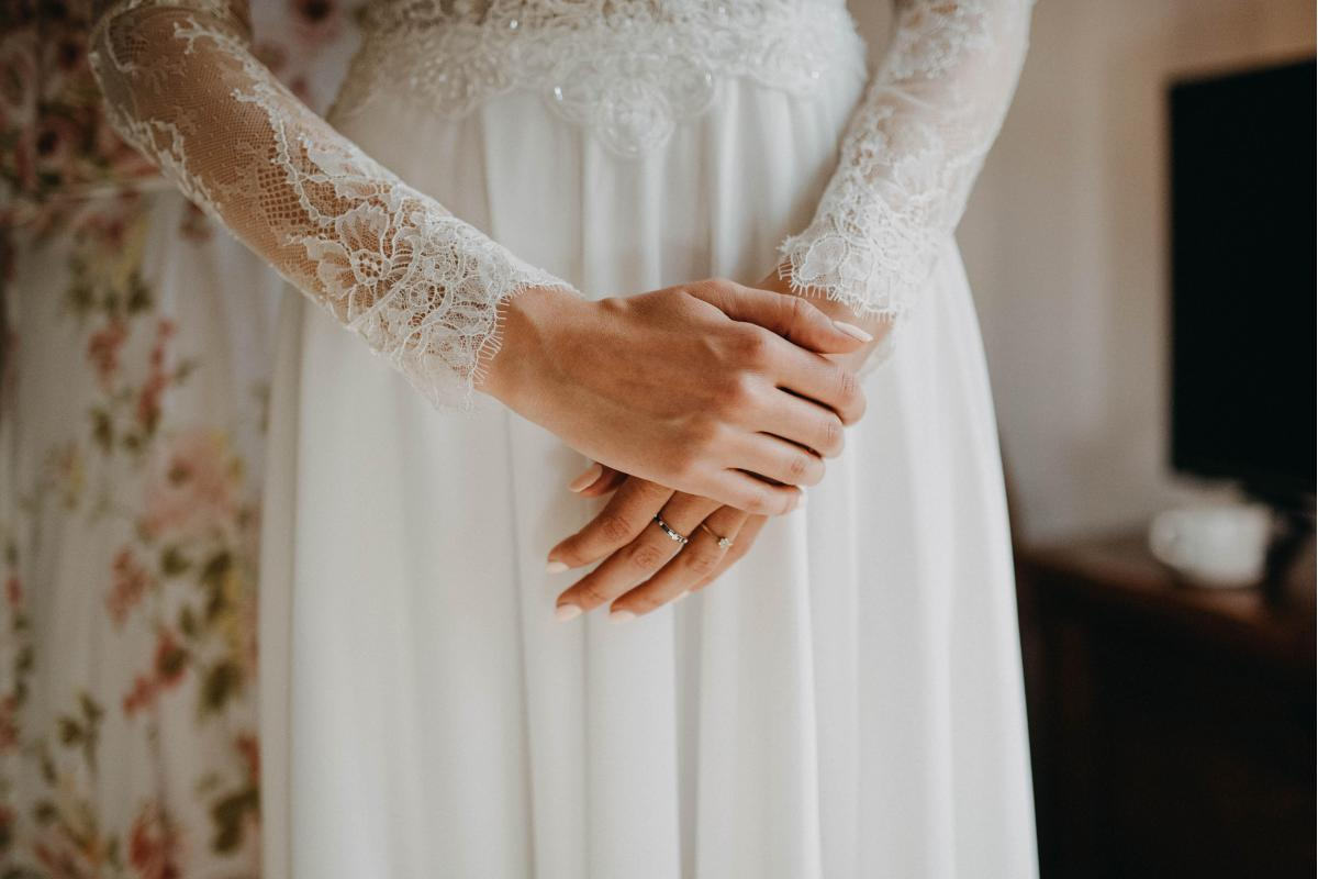 Suknia ślubna w stylu romantycznym z muślinowym dołem