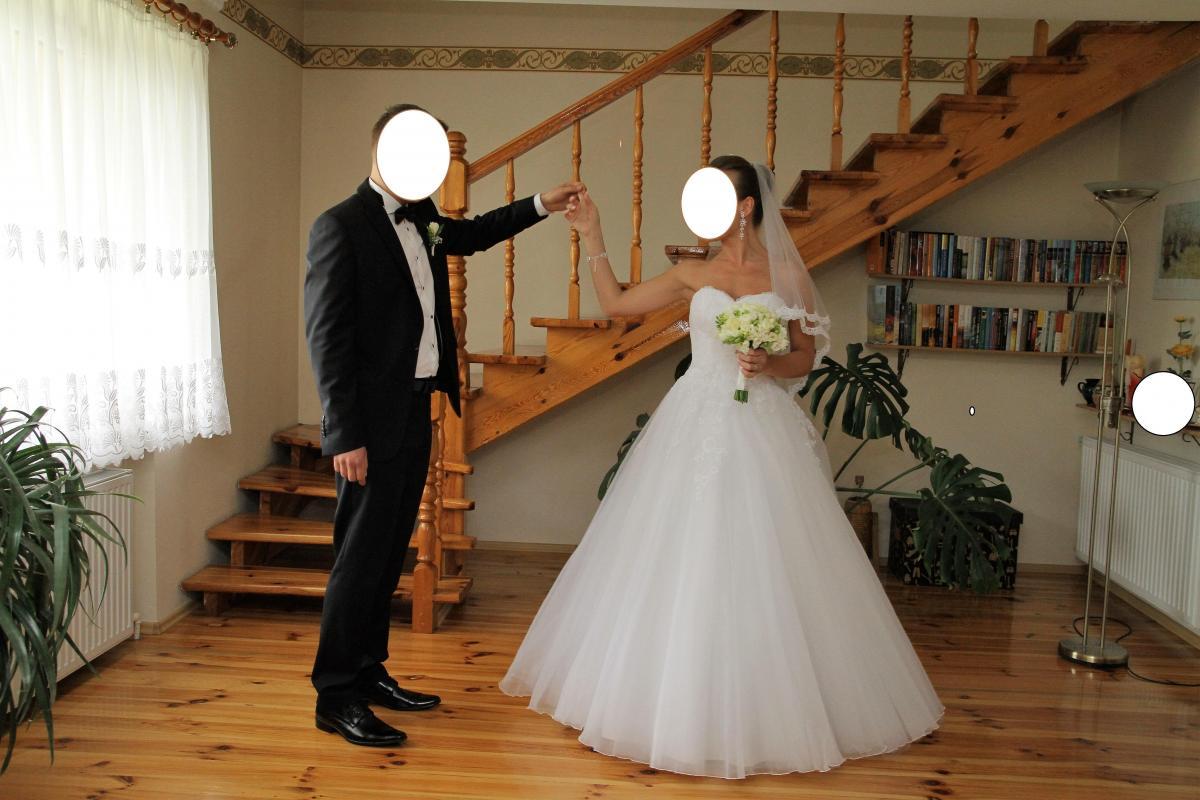 Piękna śnieżnobiała suknia ślubna firmy AGNES