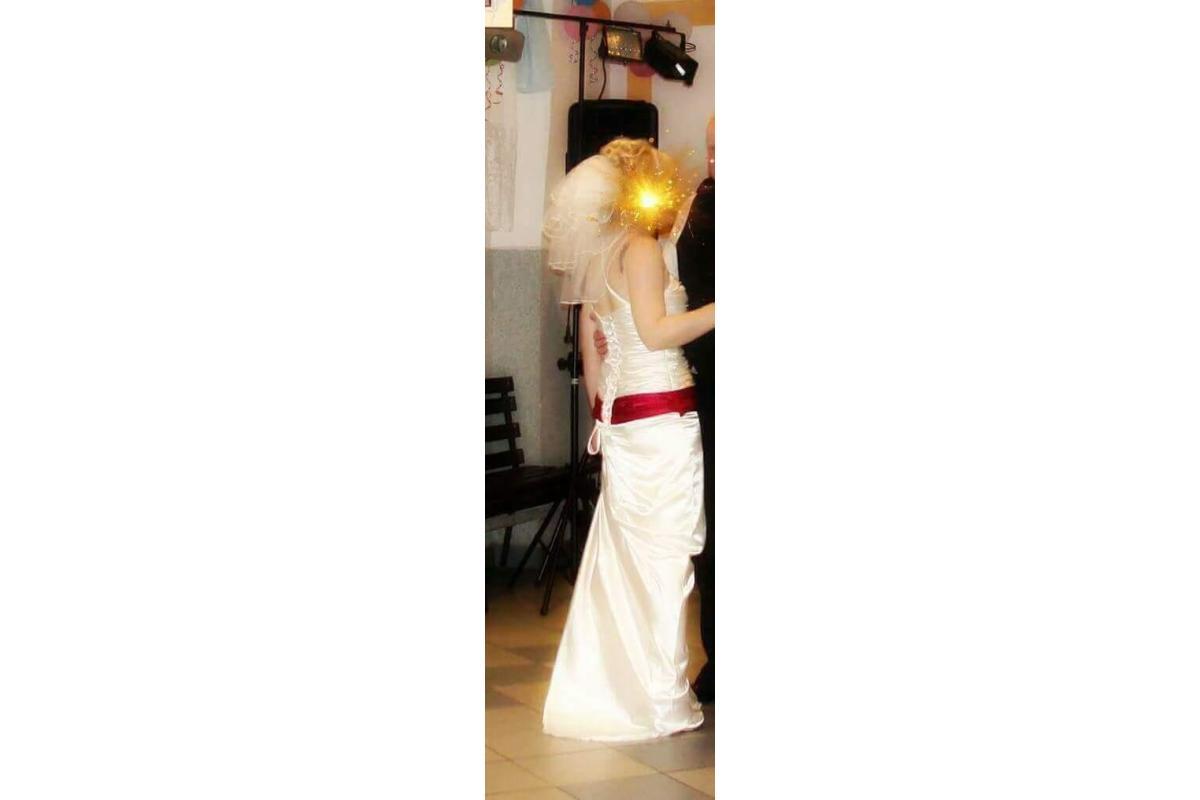 Suknia ecru z podpinanym trenem