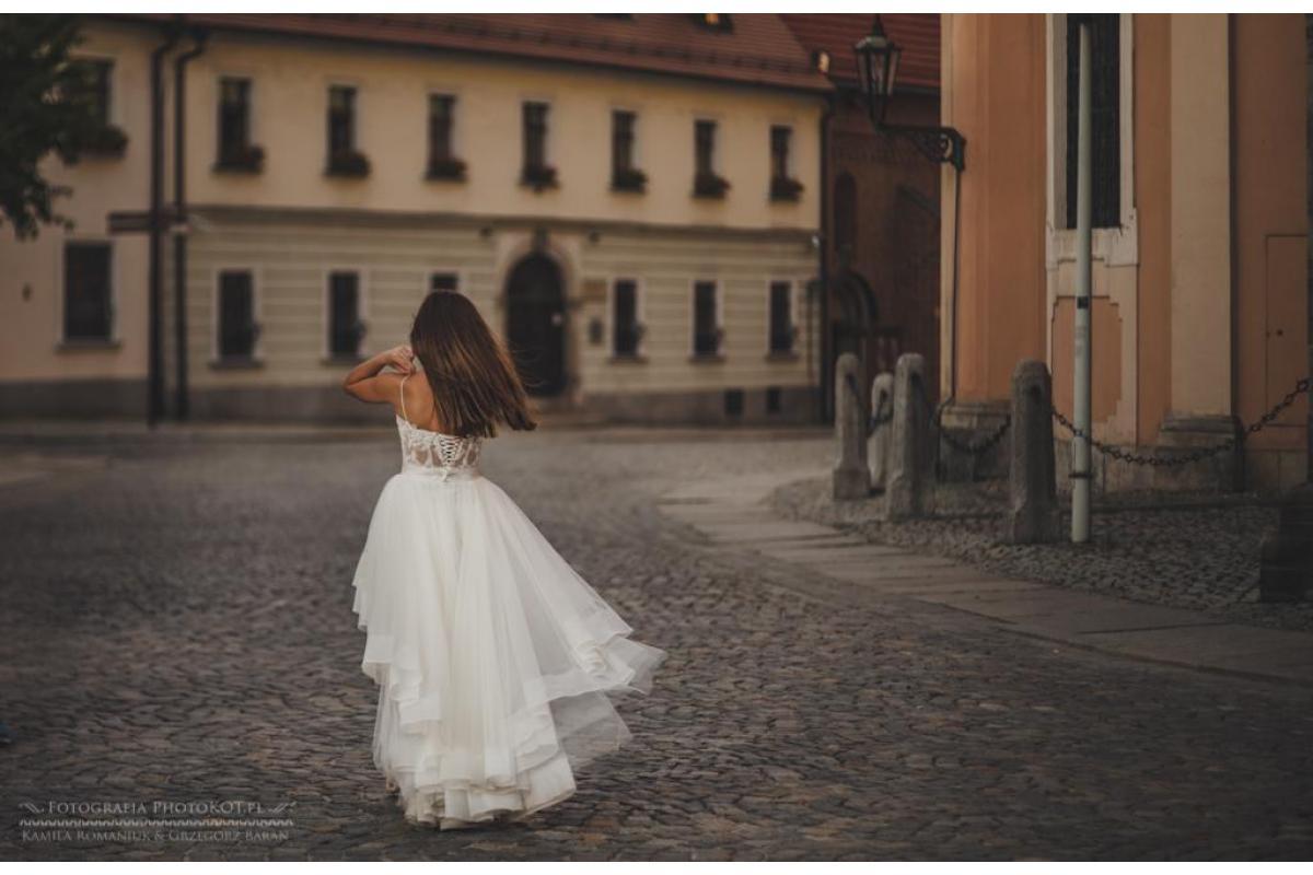 Wyjątkowa asymetryczna suknia ślubna