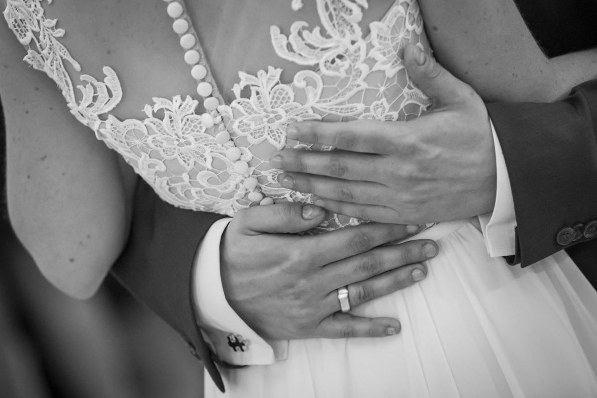 Urokliwa suknia ślubna z gipiury i muślinu