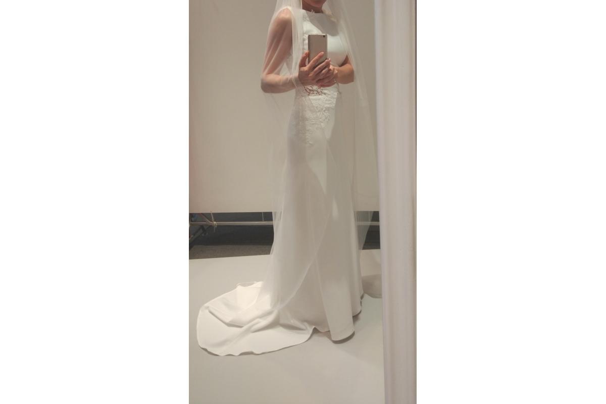 Elegancka suknia ślubna z rozporkiem