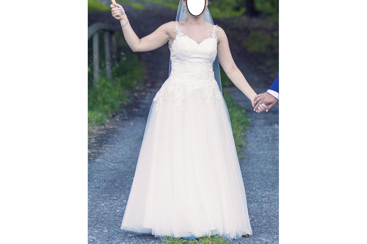 Koronkowa suknie ślubna w kształcie litery A