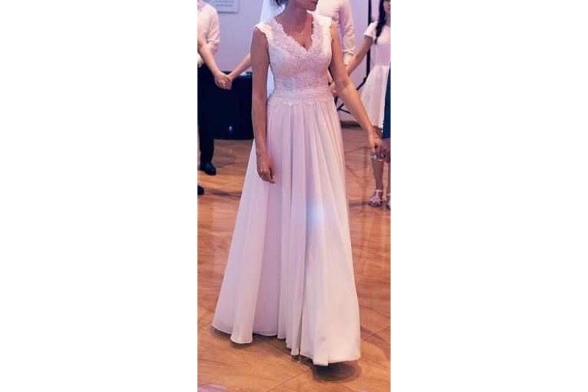 Piękna klasyczna biała suknia ślubna