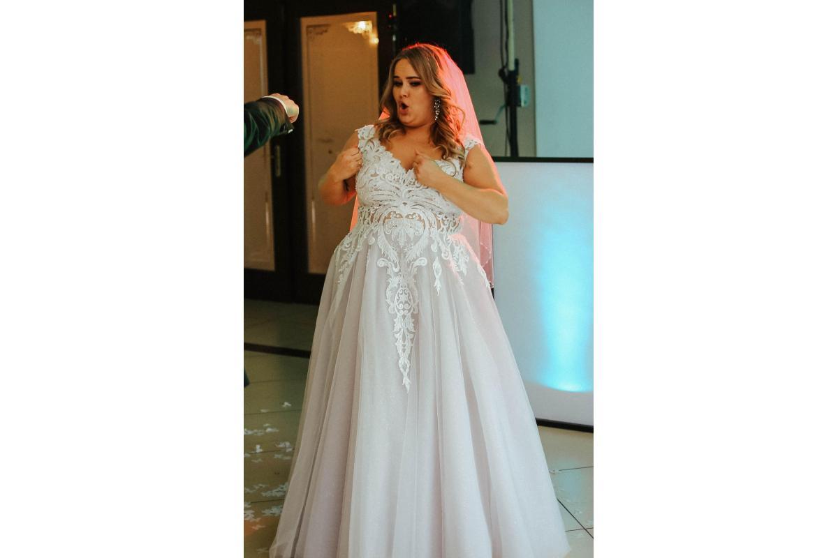 Przepiękna, ręcznie szyta, gołębia suknia Visual Chris