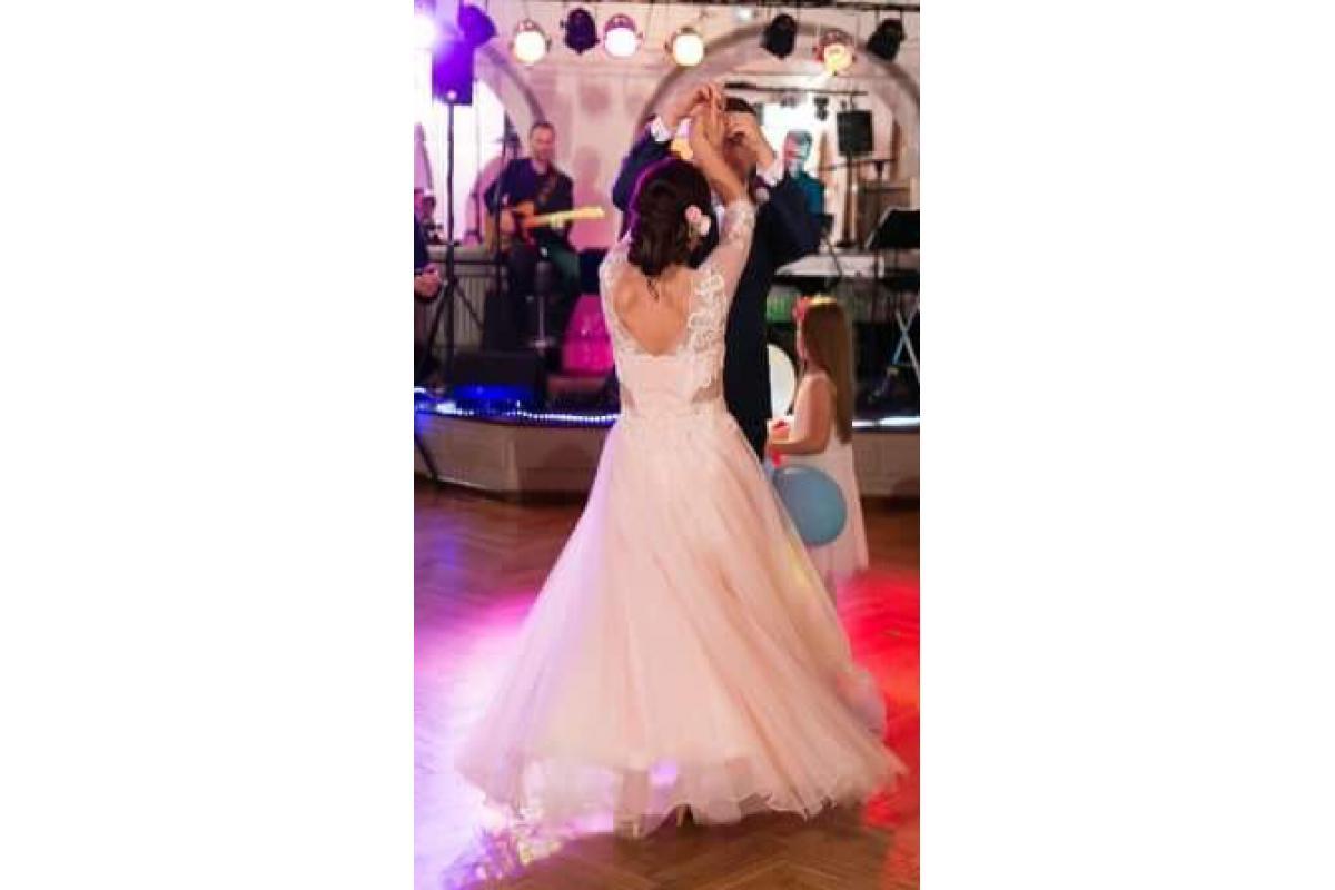 Piękna pudrowo różowa suknia ślubna na niską kobietę