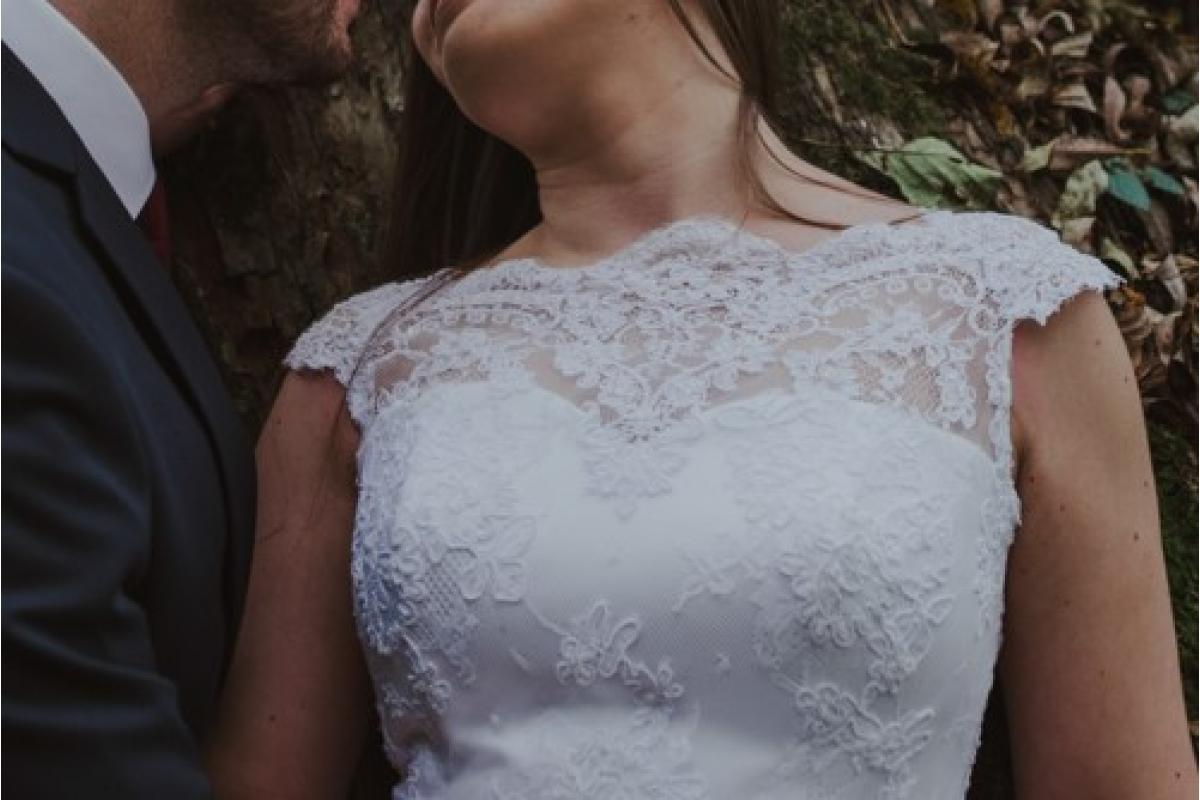Prosta, klasyczna, elegancka suknia ślubna