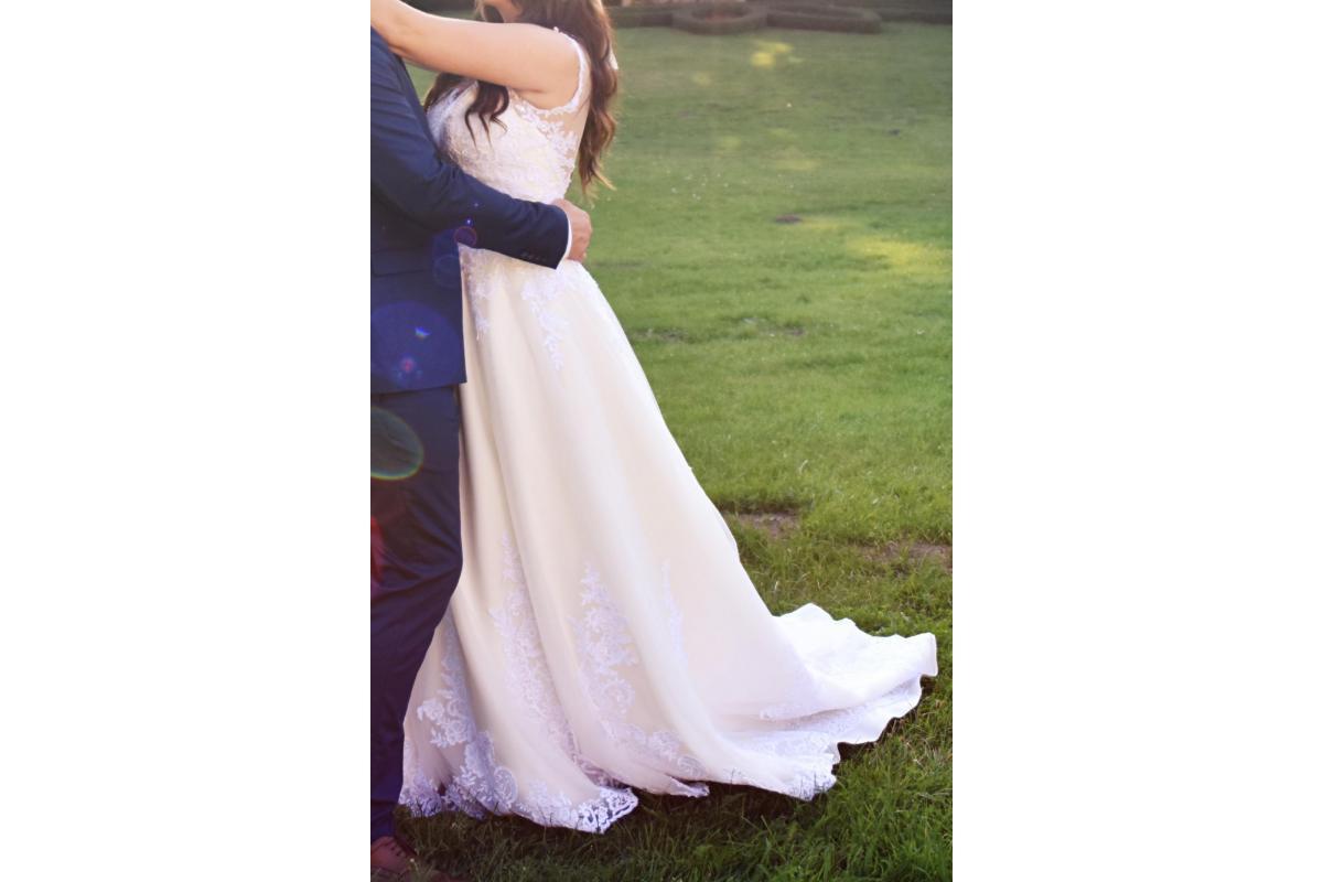 Piękna suknia z koronki z trenem!!!