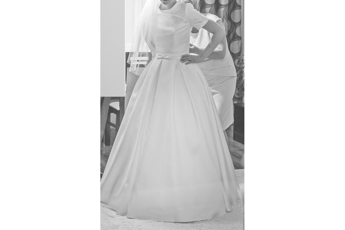 Suknia ślubna, księżniczka, kolor śmietankowy, koronka, bolerko, tren