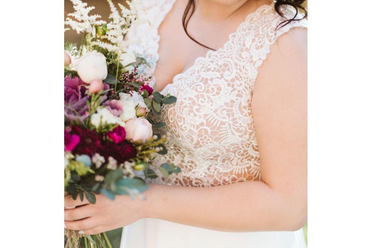 Piękna koronkowa sukienka z muślinowym dołem w kolorze Ivory