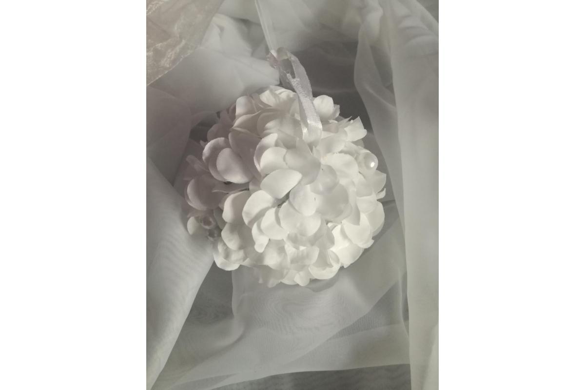 Kula z białych kwiatów