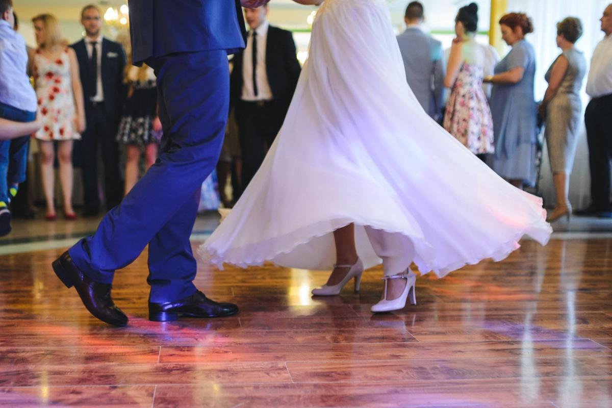 Klasyczna, zwiewna suknia ślubna w kolorze ecru - TANIO