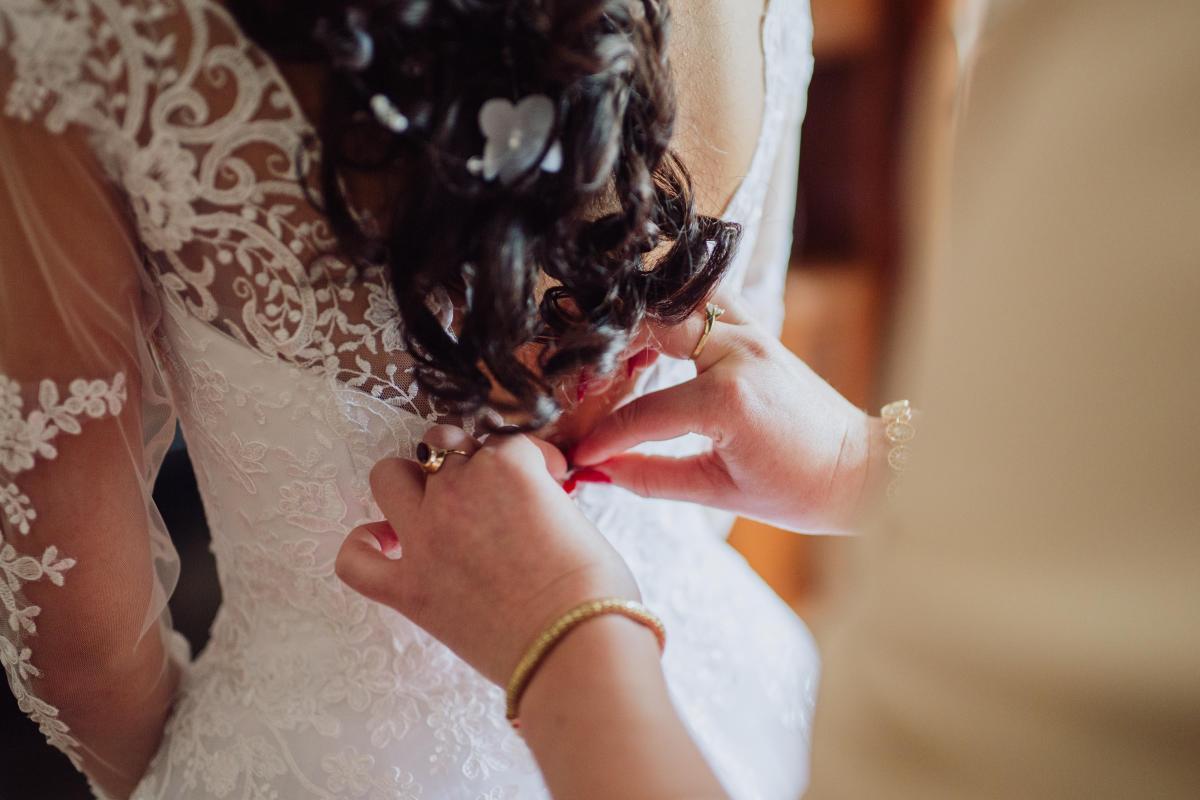 Przepiękna koronkowa suknia ślubna z długim rękawem i odkrytymi plecami