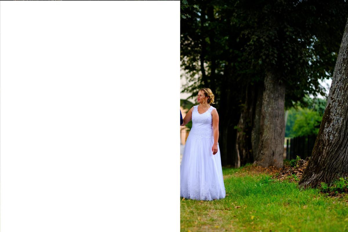 Suknia ślubna w kolorze śnieżnobiałym z gorsetem