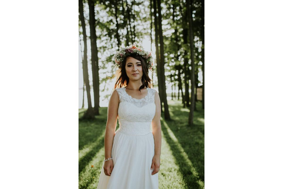 Suknia ślubna z pięknymi koronkowymi plecami