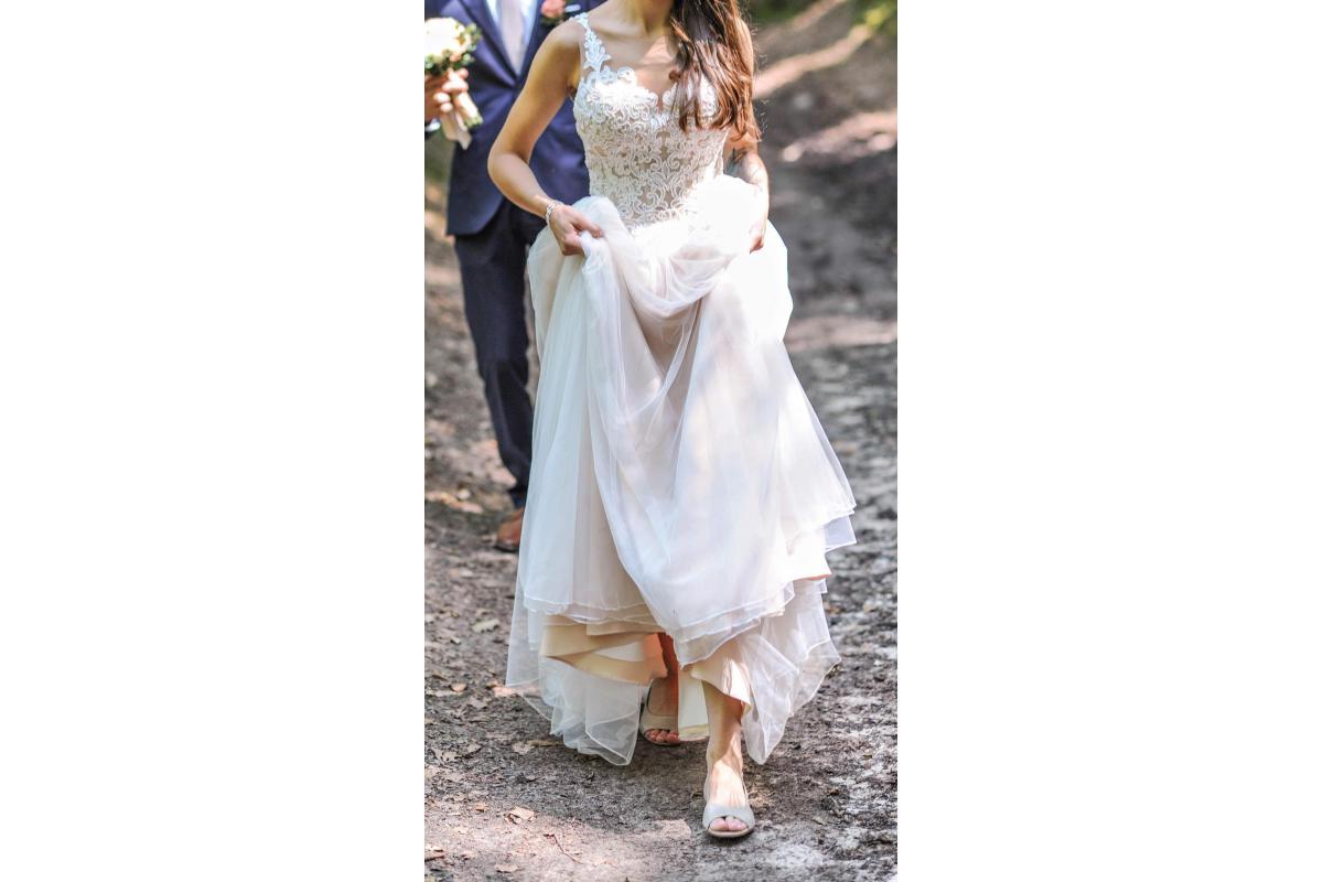 Dluga beżowa suknia ślubna