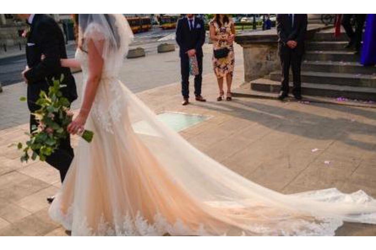 Romantyczna suknia ślubna Papilio 1817 koronka 40