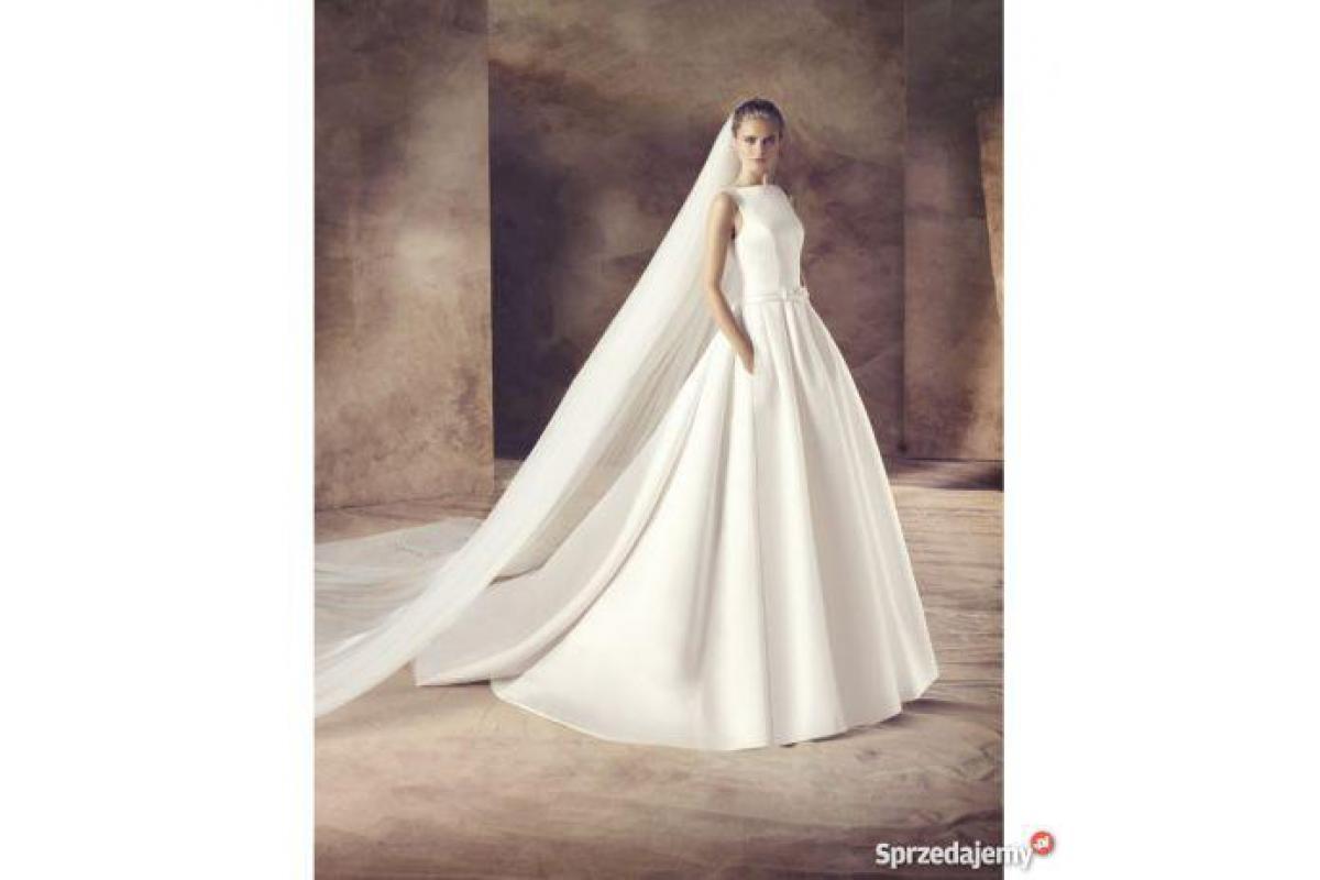 Suknia ślubna z trenem i kieszeniami