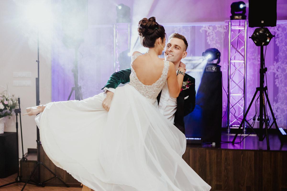 Suknia ślubna zwiewna, elegancka, góra zdobiona aplikacjami, dół muślinowy
