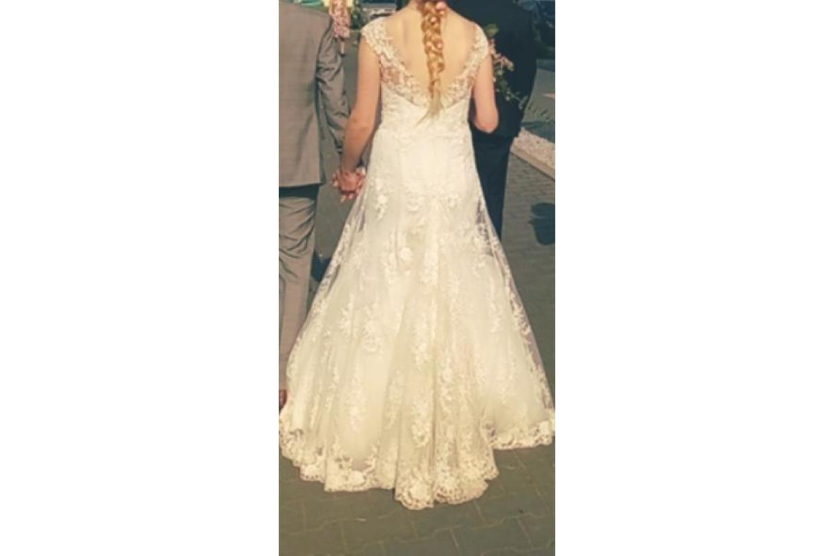 Piękna koronkowa suknia z trenem