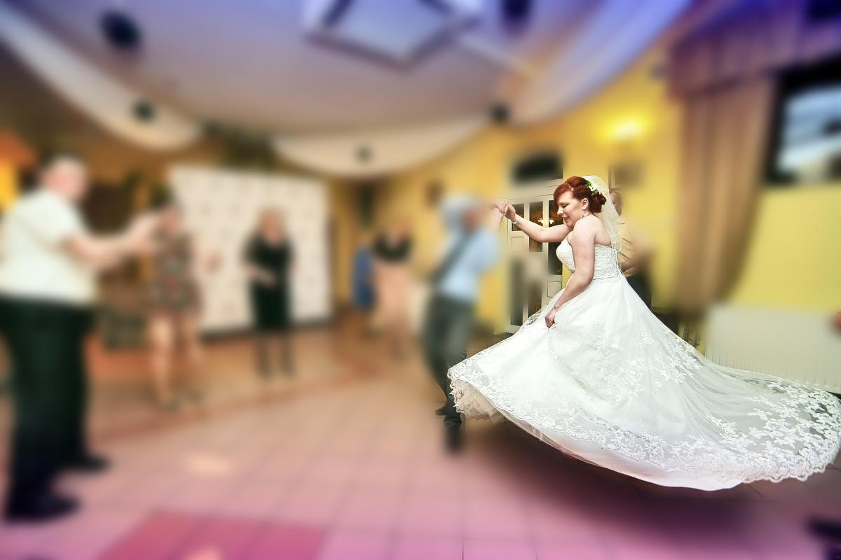 Sukienka Ślubna z welonem i bolerkiem