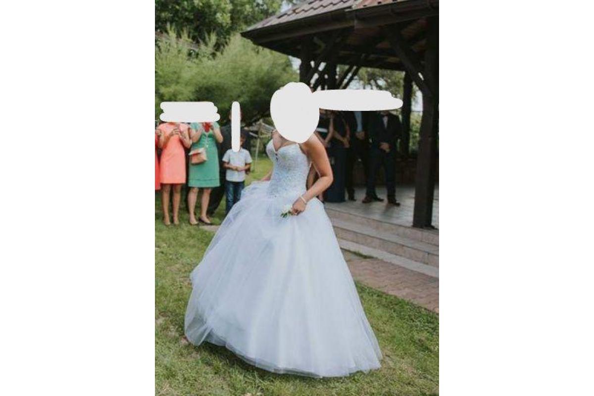 Suknia z bogato zdobionym gorsetem