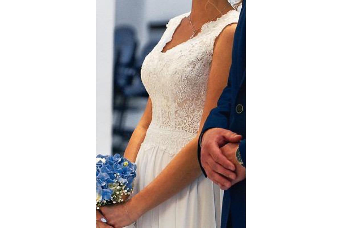 Biała klasyczna suknia