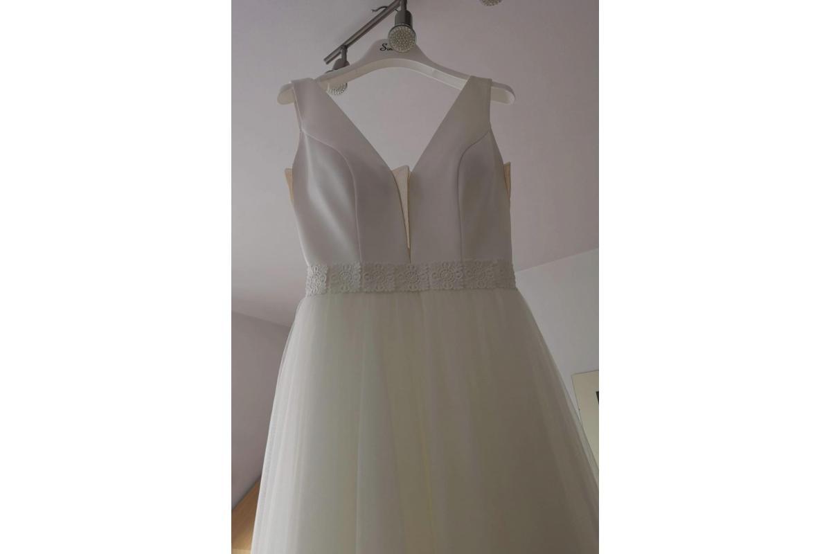 Klasyczna i minimalistyczna suknia