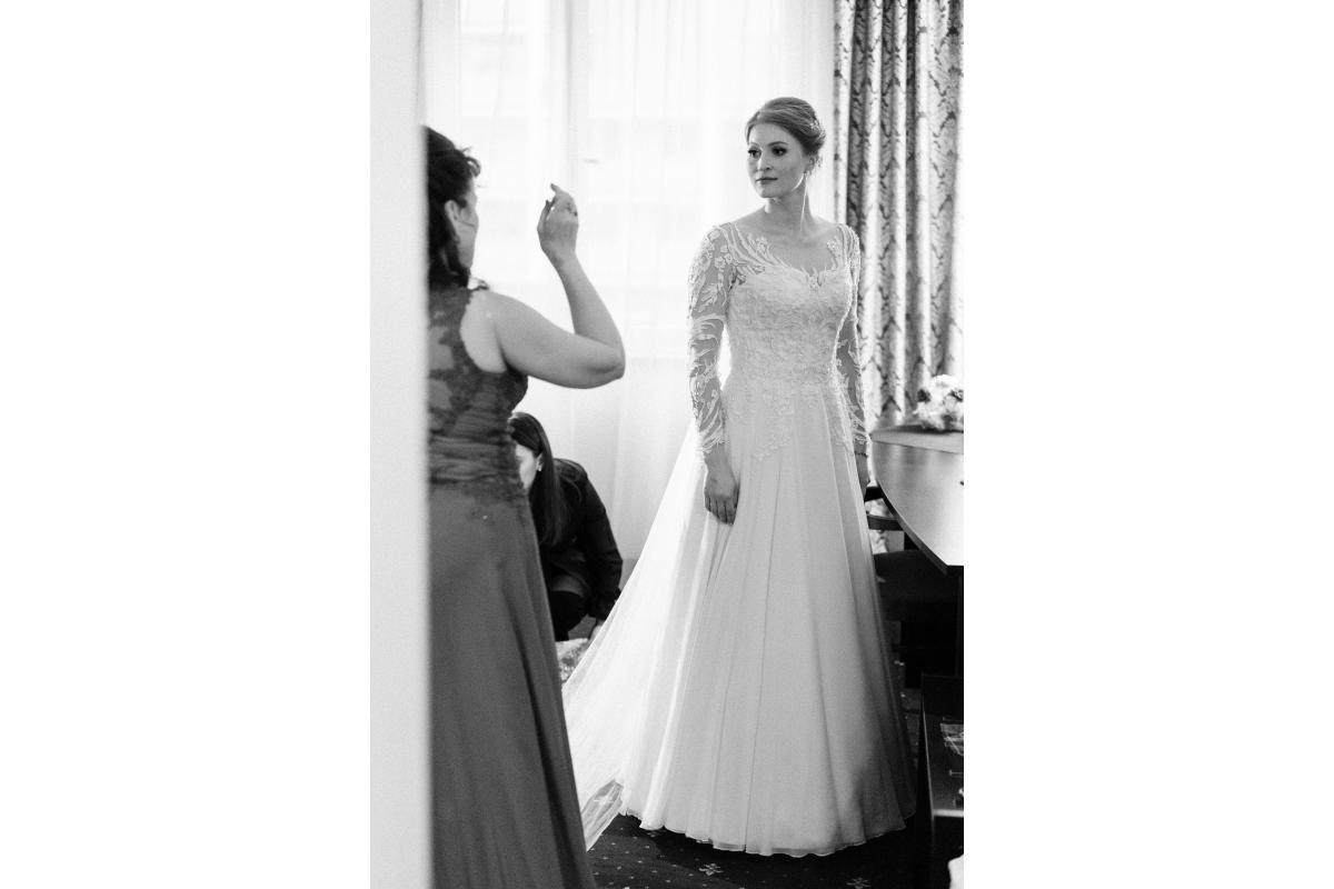 Sprzedam suknię ślubną biała koronka, otwarte plecy w V, długi rękaw