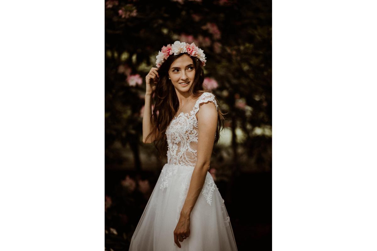 Dziewczęca suknia ślubna: koronkowa góra, tiulowa spódnica i wykrojone plecy + cudowny welon, halka